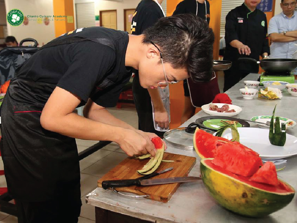 Participants preparing the plating of the cuisine